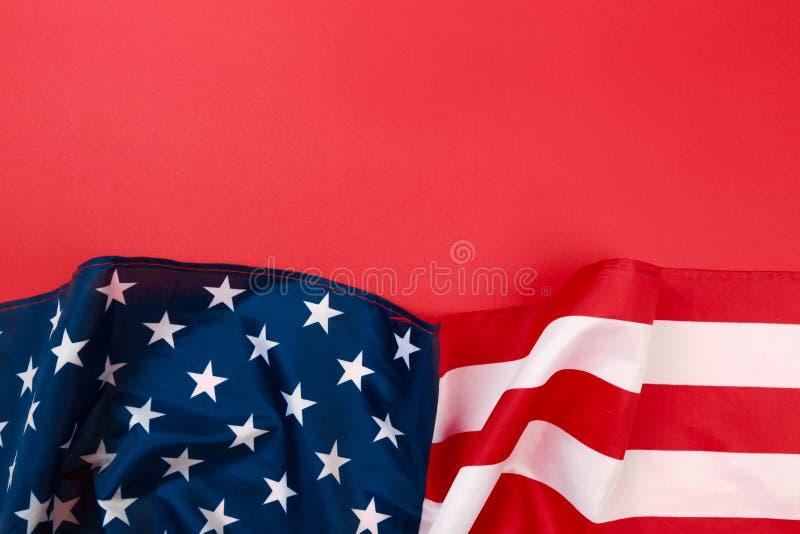 Bandera americana en la opinión superior del fondo rojo imagen de archivo libre de regalías