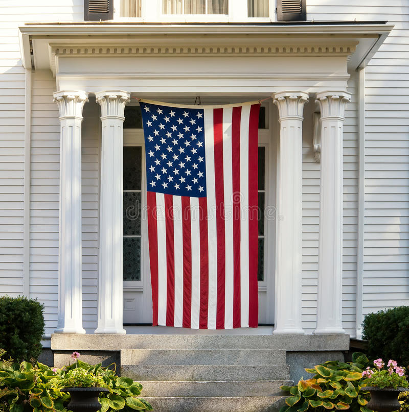 Bandera americana en la puerta del hogar de Nueva Inglaterra imagen de archivo libre de regalías