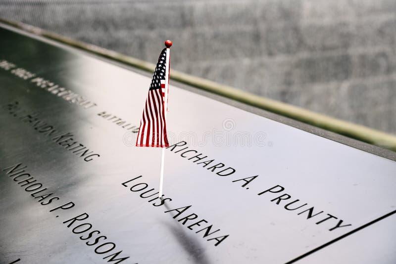 Bandera americana en monumento nacional del 11 de septiembre en New York City imagen de archivo
