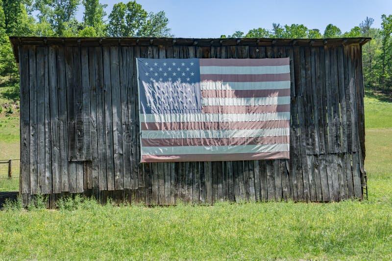 Bandera americana en un granero viejo imagen de archivo libre de regalías