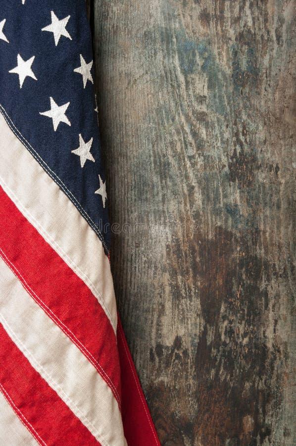 Bandera americana en viejo fondo del tablero del granero foto de archivo