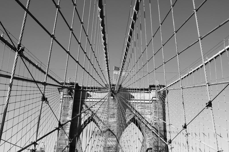 Bandera americana encima del puente de Brooklyn famoso