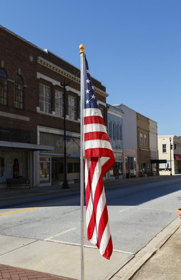 Bandera americana exhibida a lo largo de Main Street imagenes de archivo