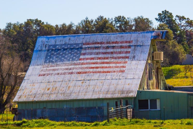 Bandera americana pintada en viejo Tin Roof Of Barn imagen de archivo libre de regalías