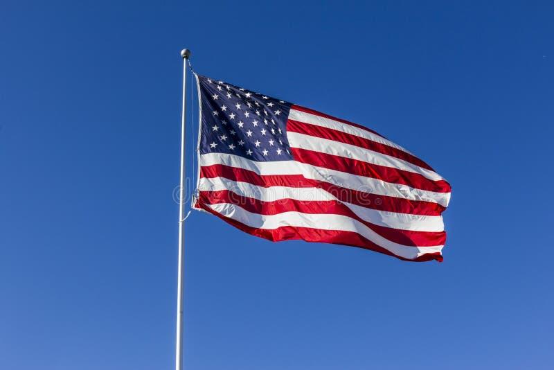 Bandera americana que agita en el viento I fotografía de archivo