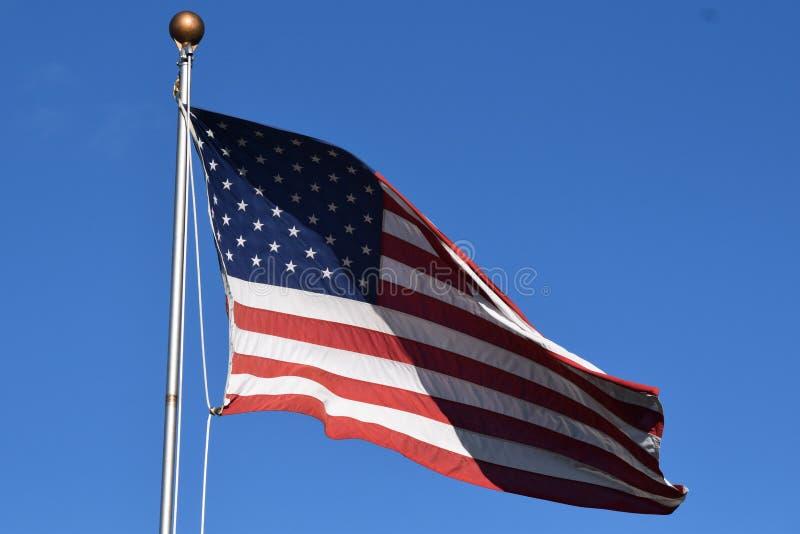 Bandera americana que agita en un poste imagen de archivo libre de regalías