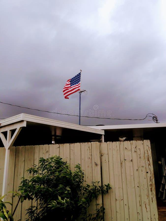 Bandera americana que agita encima del edificio foto de archivo