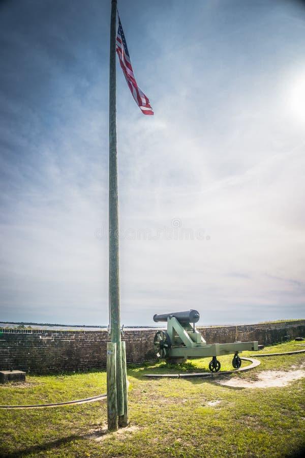 Bandera americana y cañón en el fuerte Barrancas imágenes de archivo libres de regalías