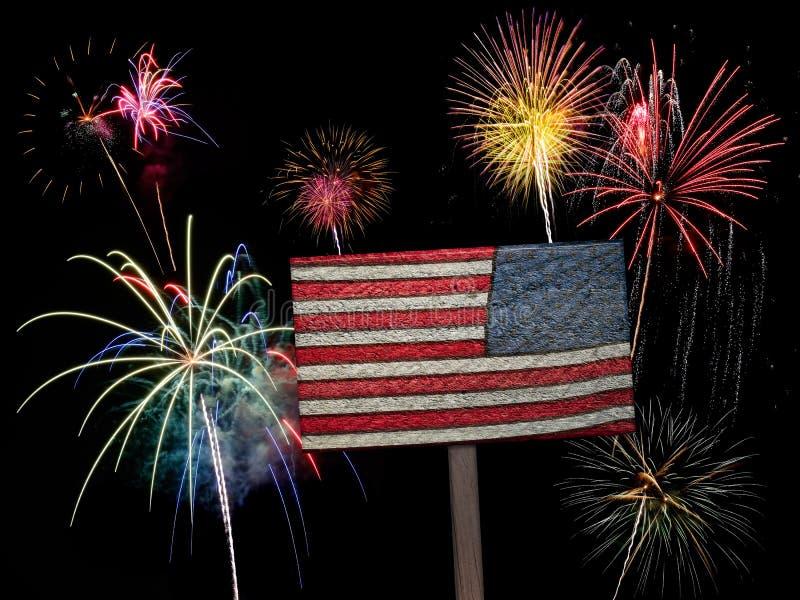 Bandera americana y fuegos artificiales de los E.E.U.U. para el 4 de julio fotografía de archivo libre de regalías