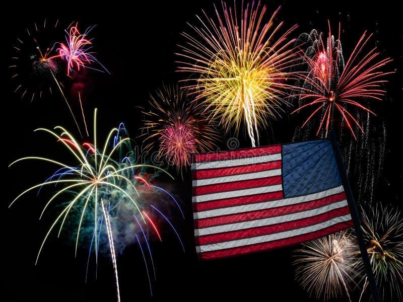 Bandera americana y fuegos artificiales de los E.E.U.U. para el 4 de julio imagen de archivo libre de regalías