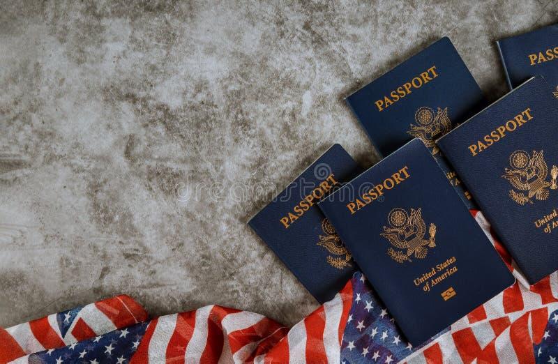 Bandera americana y pasaportes con los símbolos de los Estados Unidos de América foto de archivo