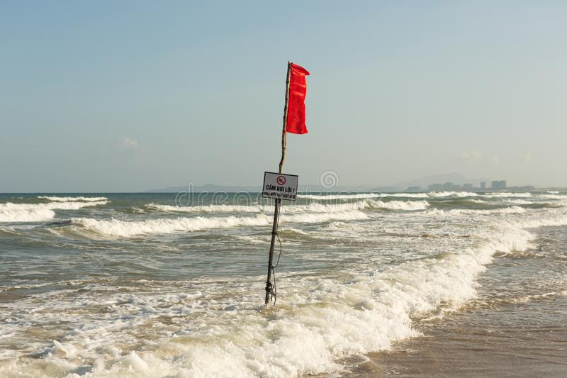 Bandera amonestadora roja en la playa de Vietnam imagen de archivo