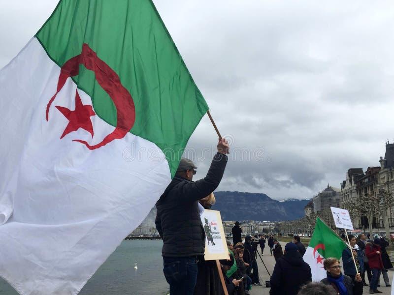 Bandera argelina, en Ginebra, protesta contra la candidatura de Bouteflika para la elección fotografía de archivo