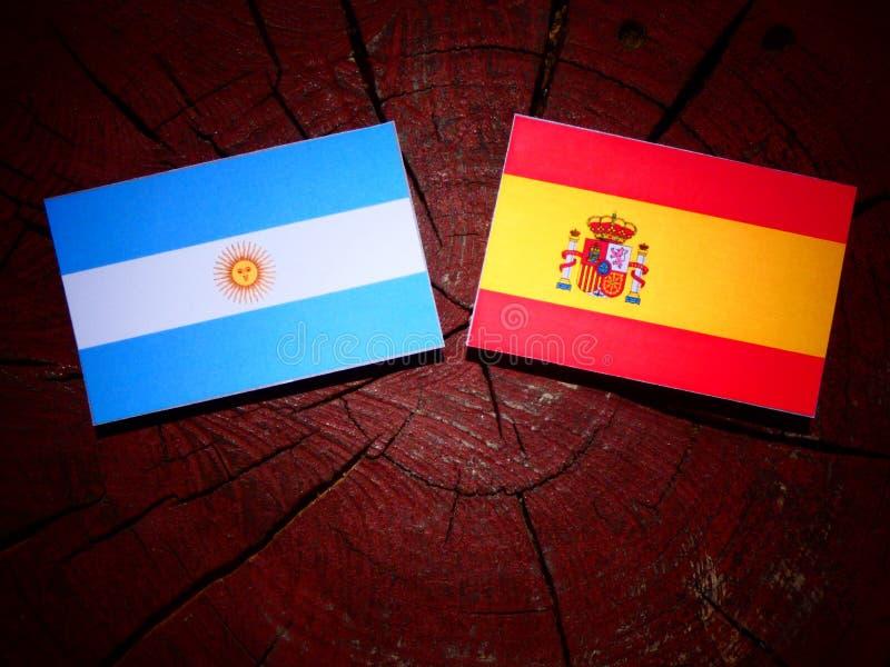 Bandera argentina con la bandera española en un tocón de árbol fotografía de archivo