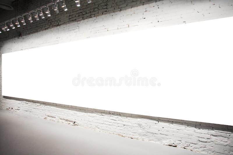 Bandera blanca vacía en la pared fotos de archivo