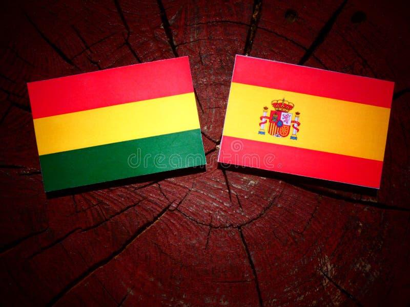 Bandera boliviana con la bandera española en un tocón de árbol fotos de archivo libres de regalías