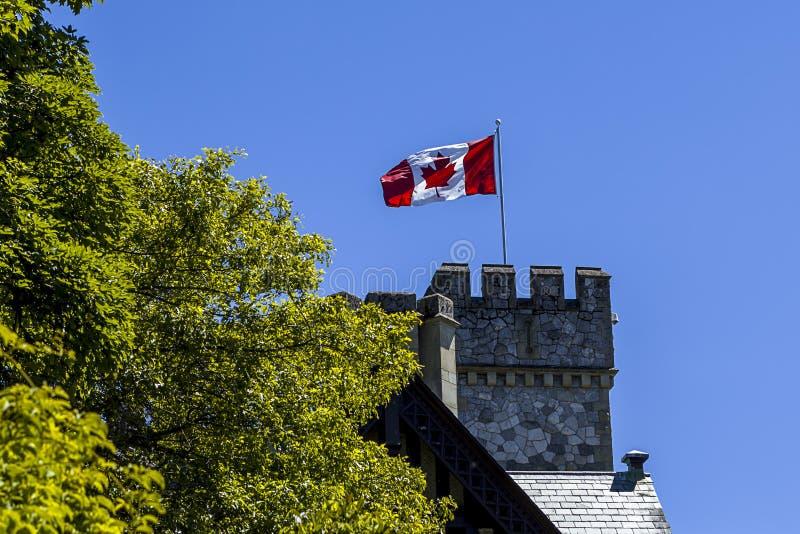 Bandera canadiense en el castillo de Hatley imagen de archivo libre de regalías