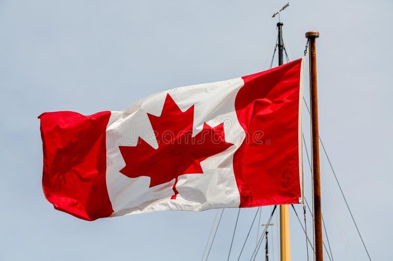 Bandera canadiense en palo del barco imagenes de archivo