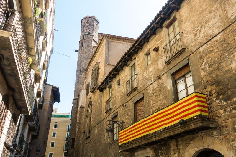 Bandera catalana, colgando en un balcón, en el cuarto gótico de la barra imagen de archivo