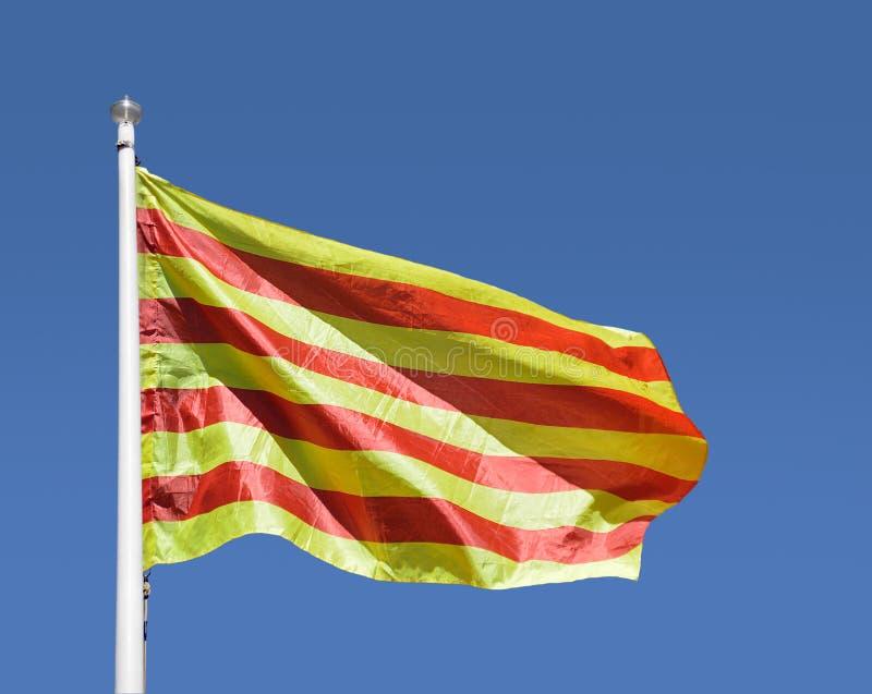 Bandera catalana con el cielo azul foto de archivo libre de regalías