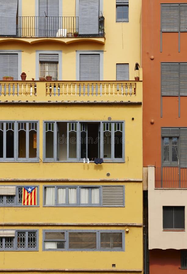 Bandera catalana en fachada del edificio fotografía de archivo