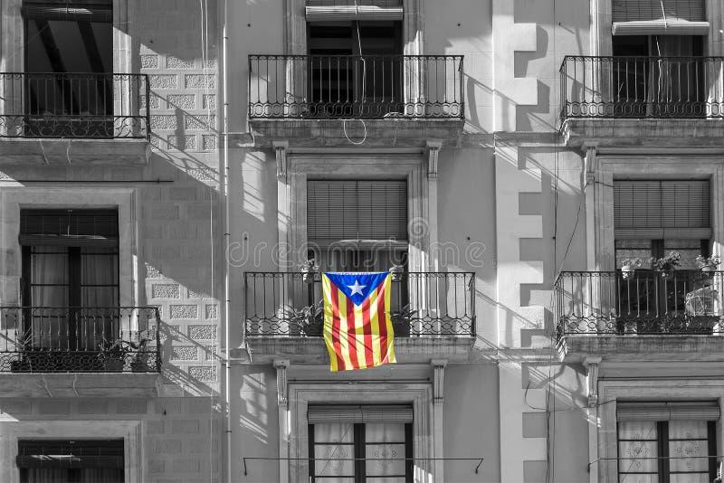 Bandera catalana en la fachada del edificio fotos de archivo libres de regalías