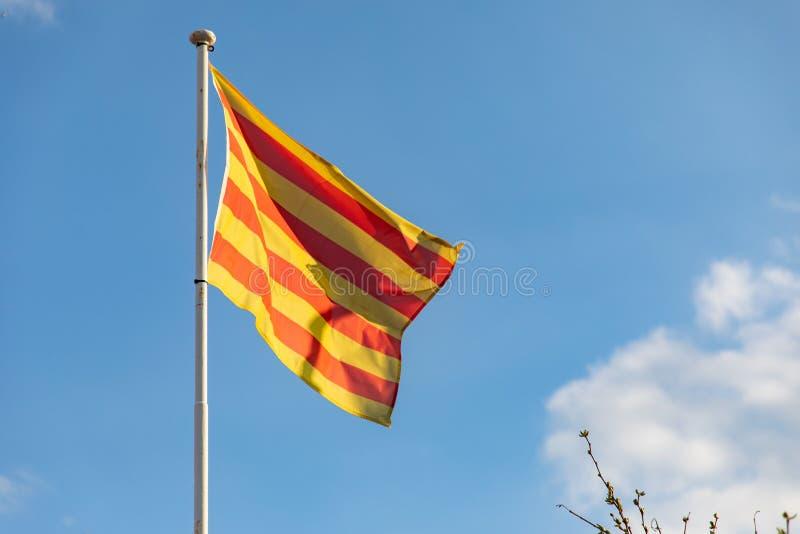 Bandera catalana que agita en el senyera del viento fotografía de archivo