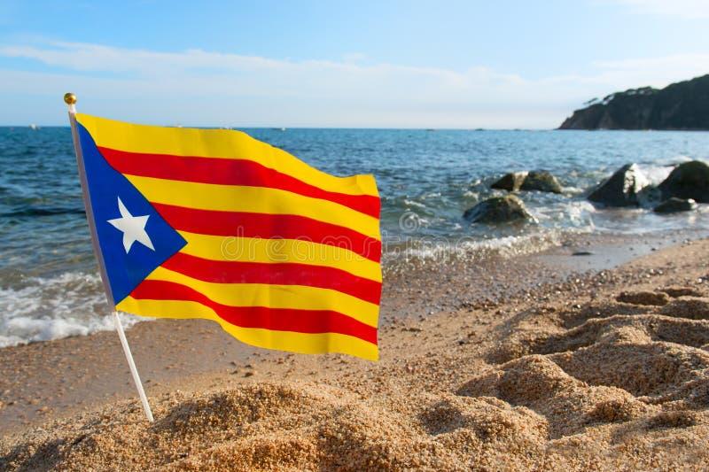 Bandera Cataluña en la playa imágenes de archivo libres de regalías