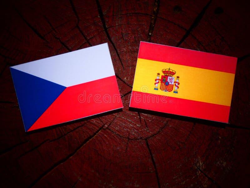 Bandera checa con la bandera española en un tocón de árbol fotografía de archivo