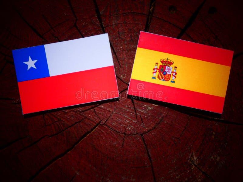 Bandera chilena con la bandera española en un tocón de árbol fotos de archivo libres de regalías