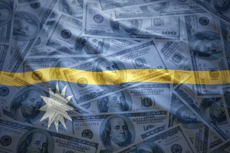 Bandera colorida de Nauru que agita en un fondo del dinero del dólar stock de ilustración