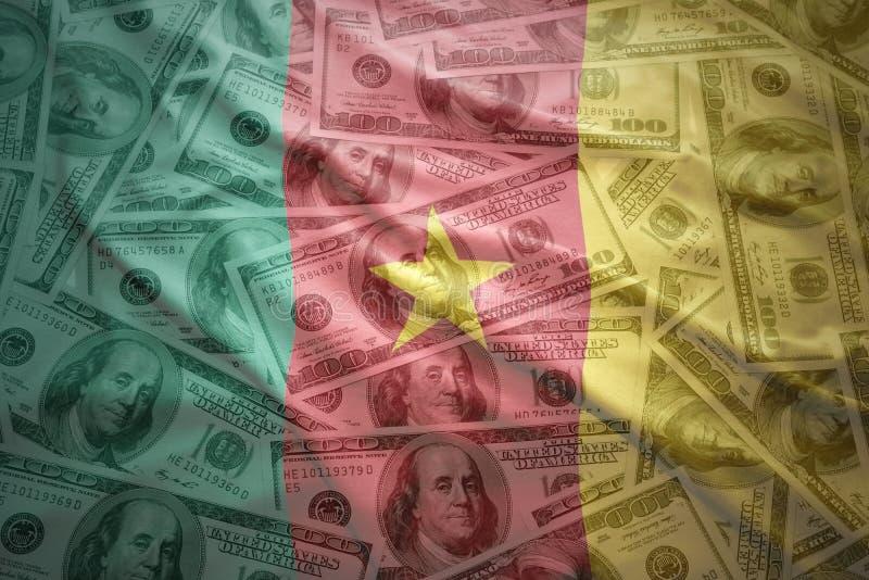 Bandera colorida del Camerún que agita en un fondo del dinero del dólar imagen de archivo
