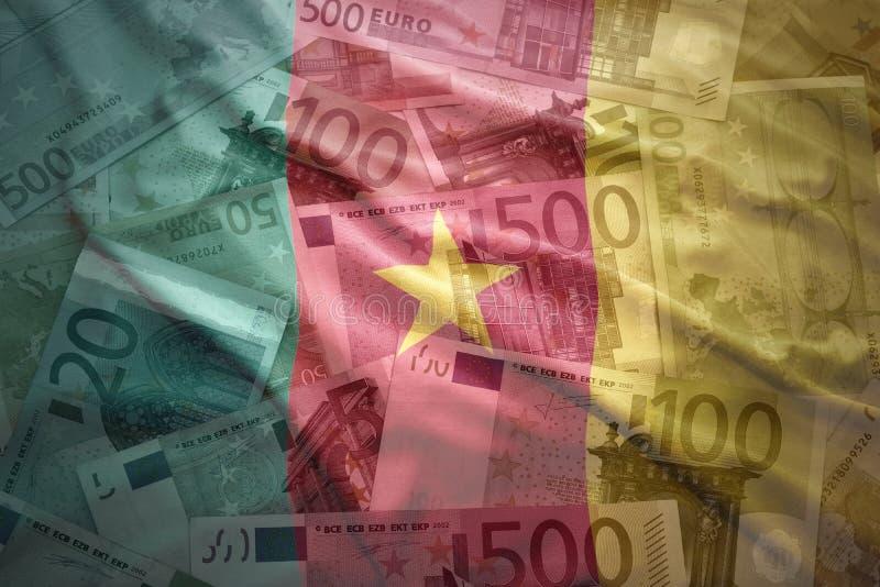 Bandera colorida del Camerún que agita en un fondo euro imagenes de archivo