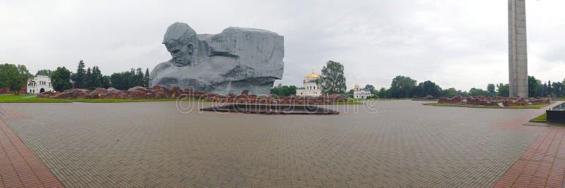 Bandera con la imagen del monumento 'valor 'en la fortaleza de Brest, Bielorrusia imagenes de archivo