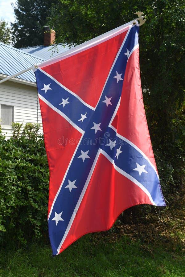 Bandera confederada fuera del hogar imagen de archivo libre de regalías