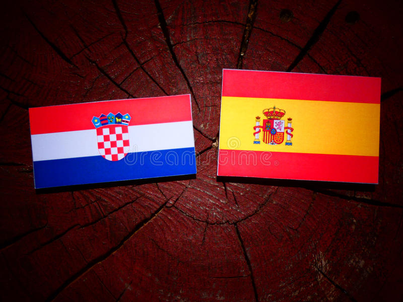 Bandera croata con la bandera española en un tocón de árbol imagen de archivo