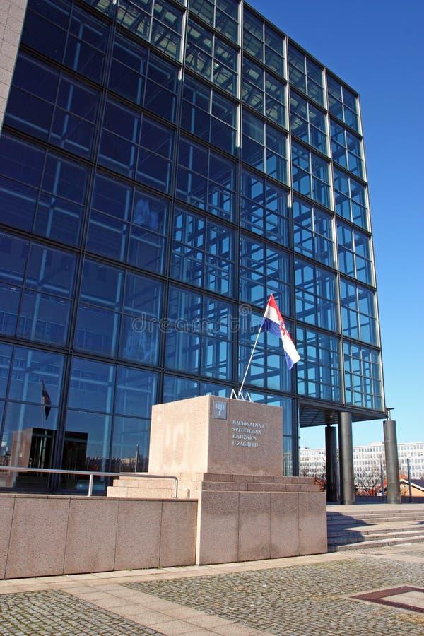 Bandera croata delante de la biblioteca del nacional y de universidad en Zagreb, Croacia imagenes de archivo