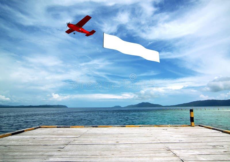 Bandera de aeroplano en la playa fotografía de archivo