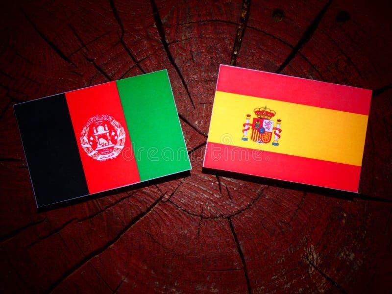 Bandera de Afganistán con la bandera española en un tocón de árbol imagenes de archivo