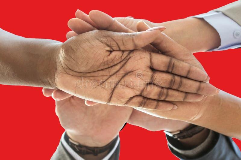 Bandera de Albania, integración de un grupo multicultural de gente joven imágenes de archivo libres de regalías