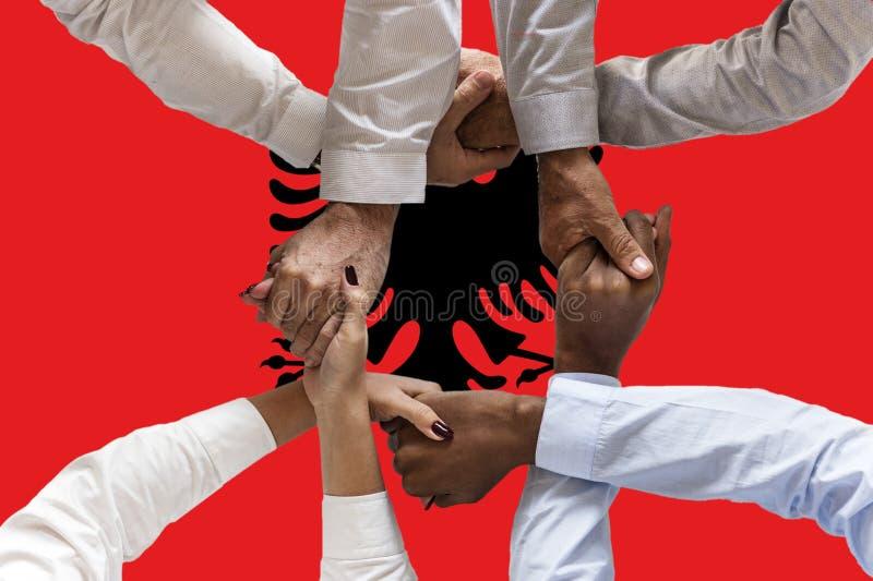 Bandera de Albania, integraci?n de un grupo multicultural de gente joven imagen de archivo