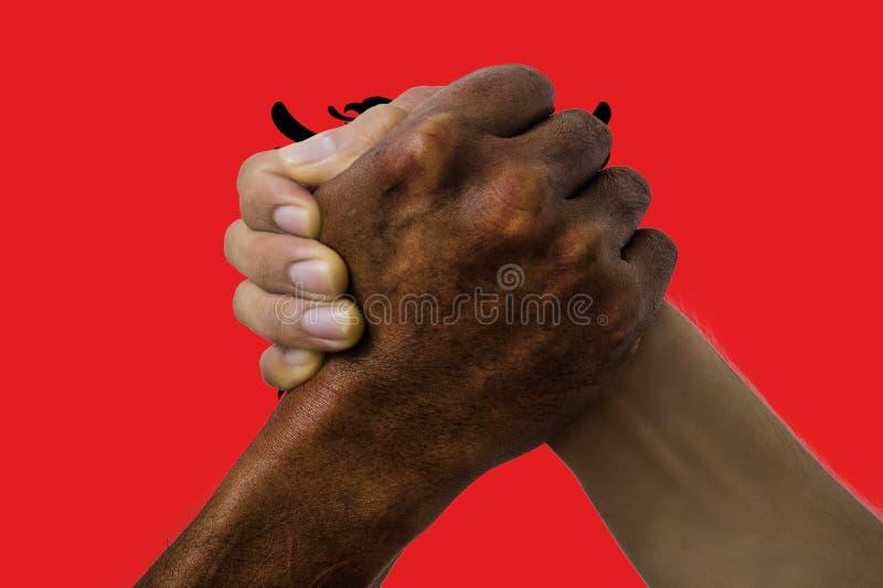 Bandera de Albania, integraci?n de un grupo multicultural de gente joven imagen de archivo libre de regalías