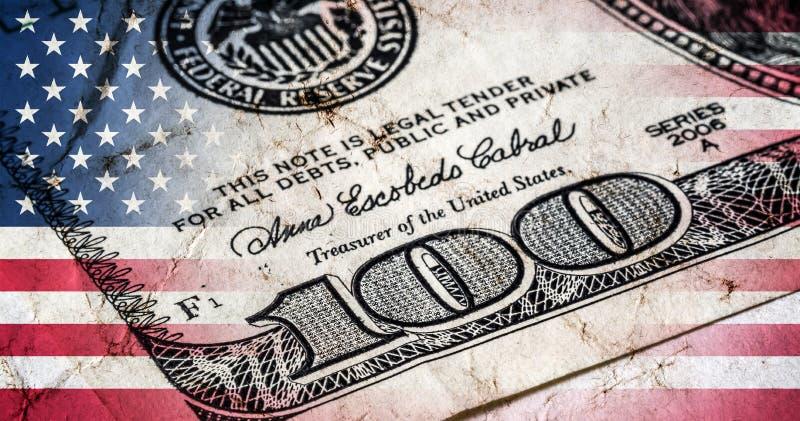 Bandera de América con el primer de la vieja textura del grunge y de cientos billetes de dólar stock de ilustración