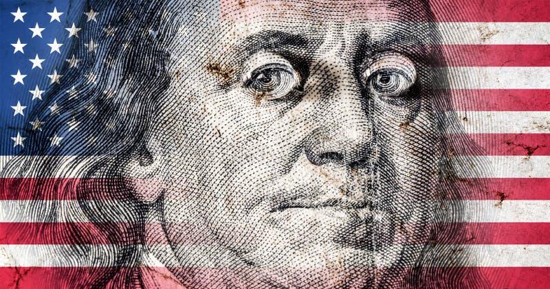 Bandera de América con vieja textura del grunge y retrato de Benjamin Franklin en cientos dólares stock de ilustración