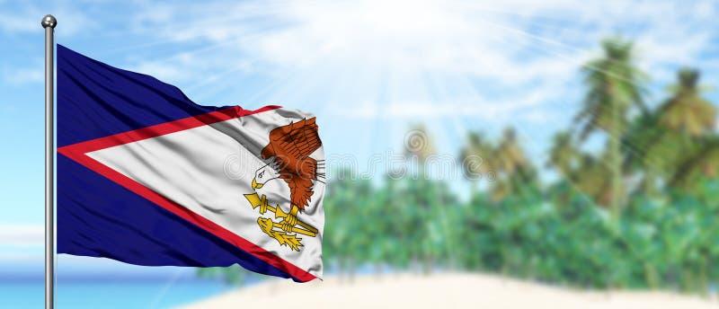 Bandera de American Samoa que agita en el cielo azul soleado con el fondo de la playa del verano Tema de las vacaciones, concepto foto de archivo libre de regalías