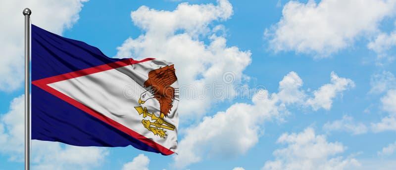 Bandera de American Samoa que agita en el viento contra el cielo azul nublado blanco Concepto de la diplomacia, relaciones intern imágenes de archivo libres de regalías