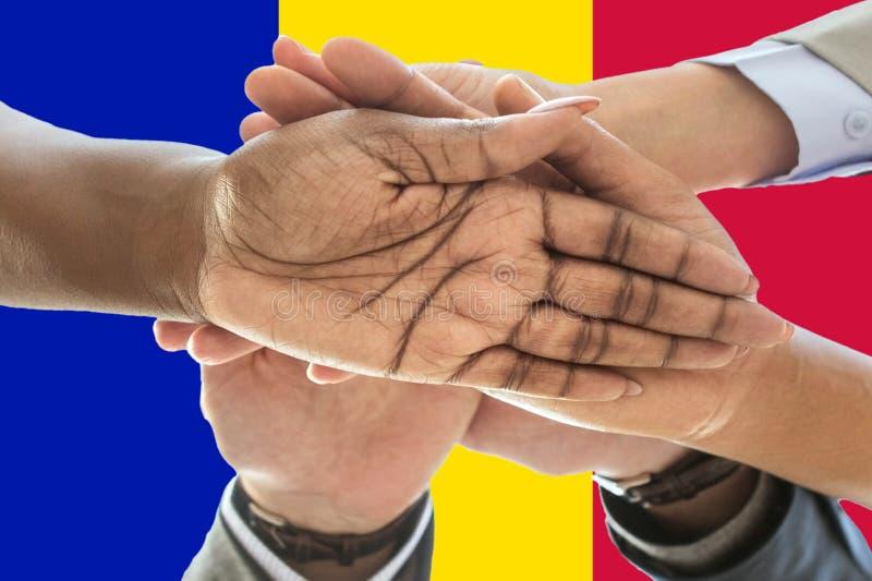 Bandera de Andora, integración de un grupo multicultural de gente joven fotos de archivo libres de regalías