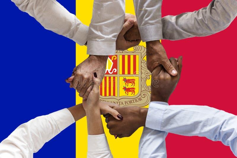 Bandera de Andora, integraci?n de un grupo multicultural de gente joven fotos de archivo
