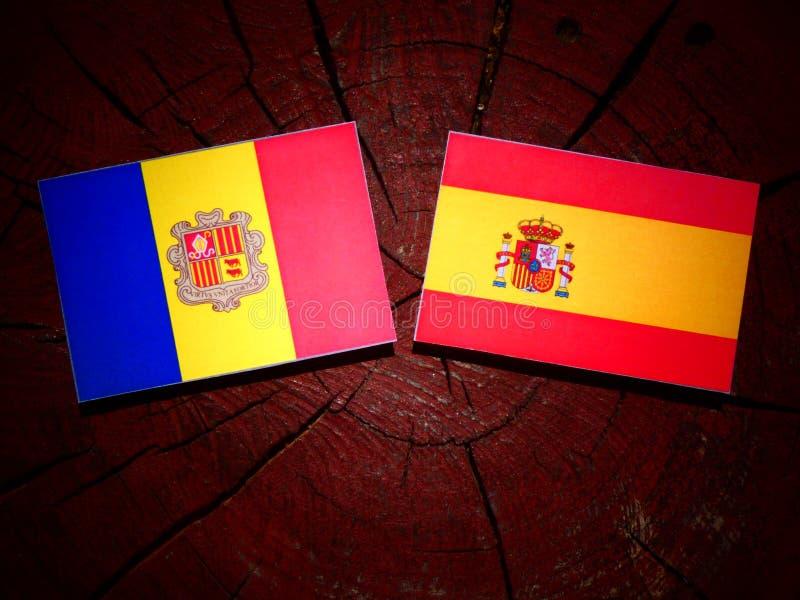 Bandera de Andorra con la bandera española en un tocón de árbol imagen de archivo libre de regalías