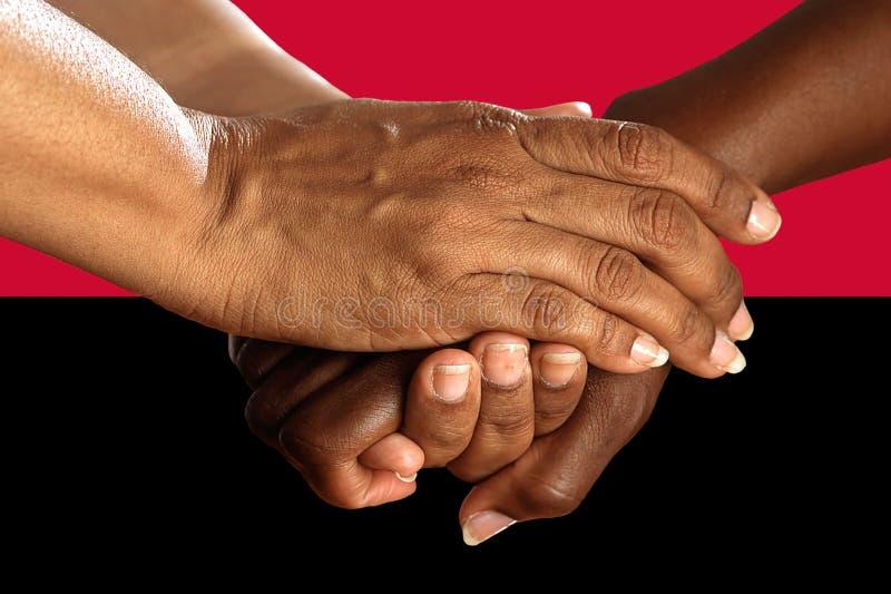 Bandera de Angola, integraci?n de un grupo multicultural de gente joven fotos de archivo